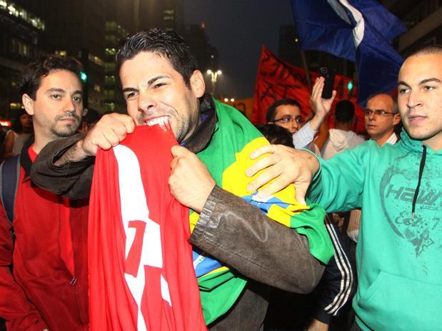 manifestante-morde-bandeira-do-pt-em-protesto-em-sc3a3o-paulo