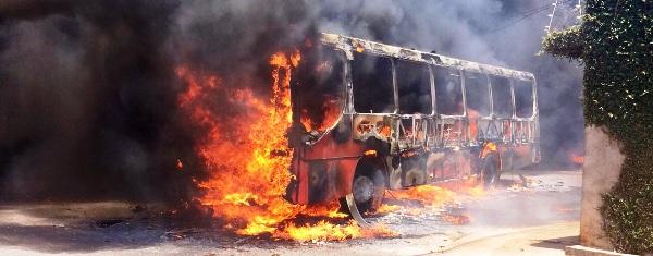 Um dos ônibus queimados hoje; recado a quem e de quem?