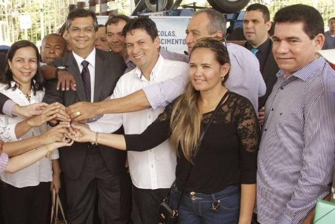 Alan Linhares e demais gestores com Flávio Dino, na entrega dos tratores