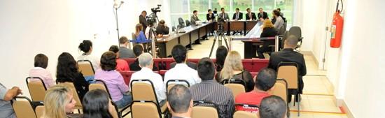 Autoridades e populares, que sofrem nas filas de bancos, participaram da audiência na Assembleia