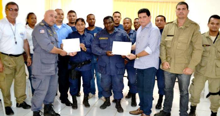 Alan Linhares com os agentes que receberam a documentação do treinamento...