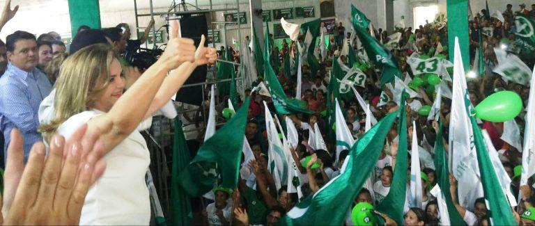 Maura Jorge cumprimenta multidão em Barra do Corda