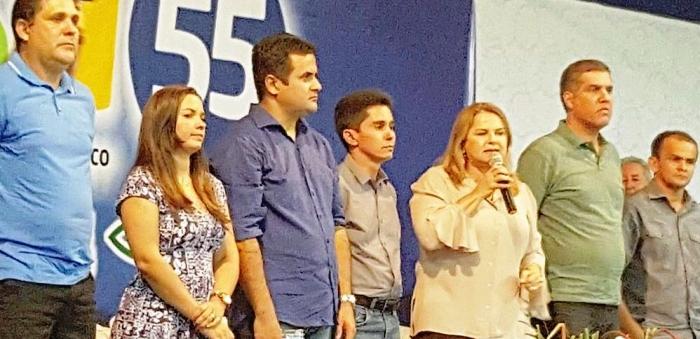 Maura discursa em apoio ao seu candidato, ao lado de Cláudio Trinchão