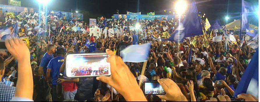 A multidão buscou imagens de Alexandre, de Maura Jorge,dos Waquim na festa de Timon,