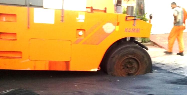 Máquina da prefeitura afunda na lama de asfalto jogada de qualquer forma, apenas para garantir o voto de última hora
