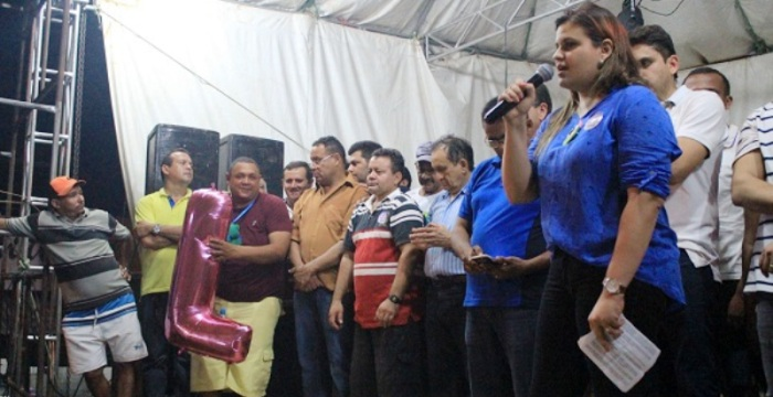 Luanna discursa em Vitorino Freire, observada por Juscelino