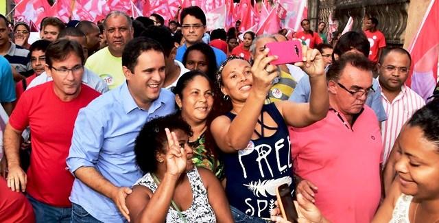 Júlio Pinheiro, de vermelho, sempre colado em Edivaldo; e pode assumir prefeitura
