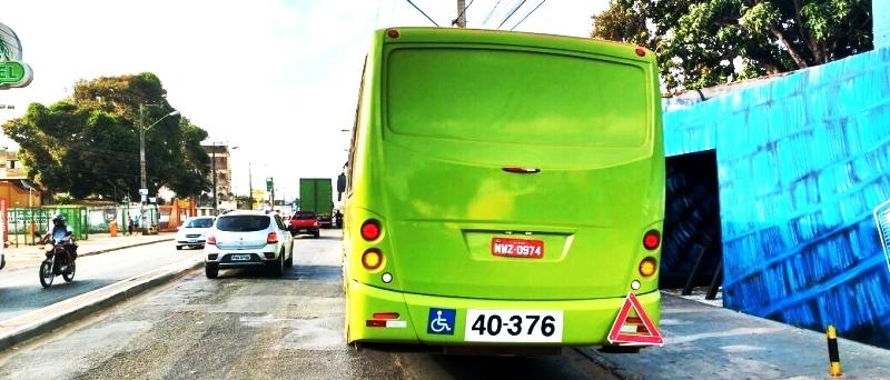 O ônibus da 1001 passou todo o início da manhã com o motor aberto na São Luís Rei de França