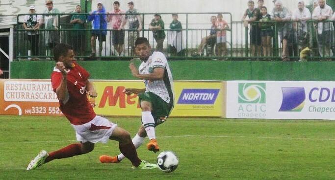 Lourency, com a scores da Chape, em ação no Brasileirão