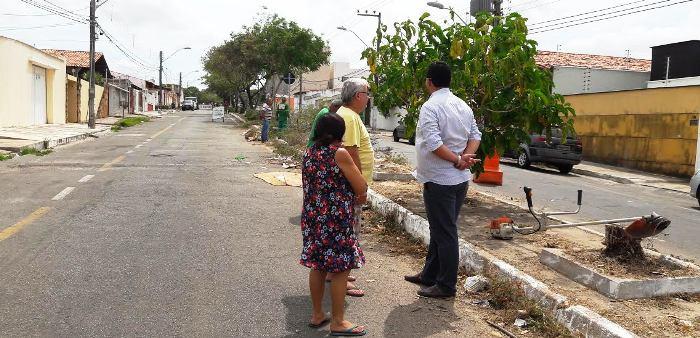Moradores conversam com técnicos sobre o serviço de requalificação da via
