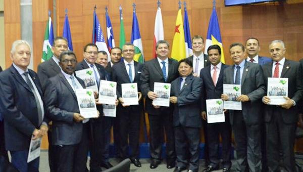 Edilázio e seus colegas na reunião do Parlamento Amazõnico
