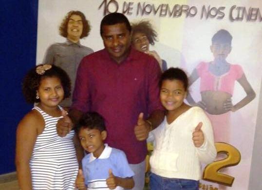"""O vereador com Enzo e outras crianças na chegada ao cinema, para o filme """"Muleke té doido"""""""
