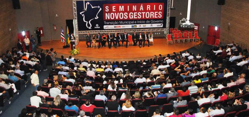 Prefeitos participaram ativamente do encontro, que reuniu outras autoridades