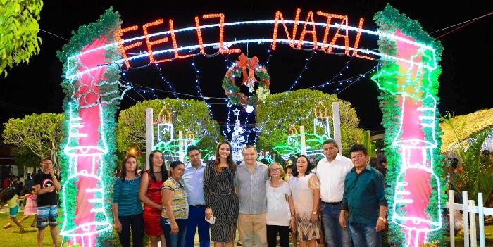 Ao lado da mulher, deputado Paulo Neto participou de homenagem a Carmem Neto