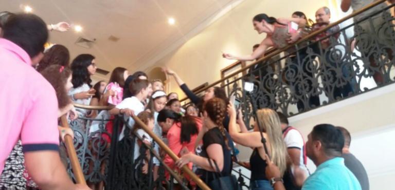A presença de filhos, sobrinhos, parentes e aderentes de Dino,auxiliares e camaradas causou tumulto no Palácio