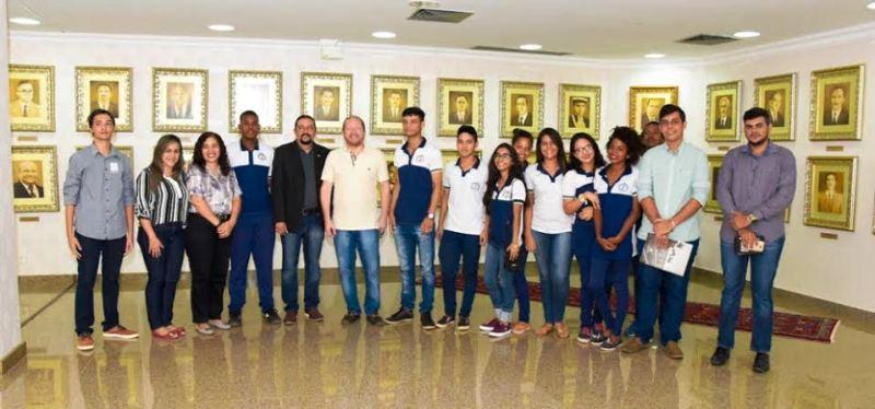 Júnior Verde com Othelino Neto e os estudantes