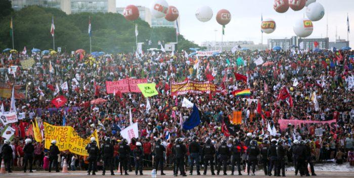 """Os manifestantes mostraram o """"Fora Temer"""" em um segundo ato"""