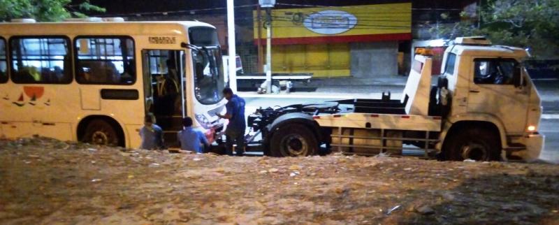 ônibus quebrou no local ás 17h, mas só foi retirado por volta das 21h