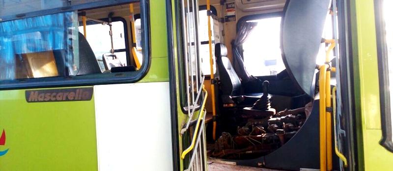 O veículo com o motor aberto aguardando reparos 9imagens: Biaman Prado/O EstadoMaranhão)