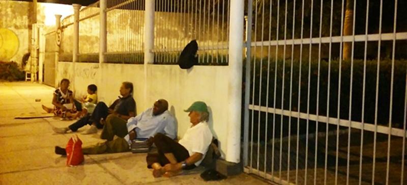Pacientes - muitos deles idosos - são obrigados a dormir na calçada para tentar garantir senha de consulta...