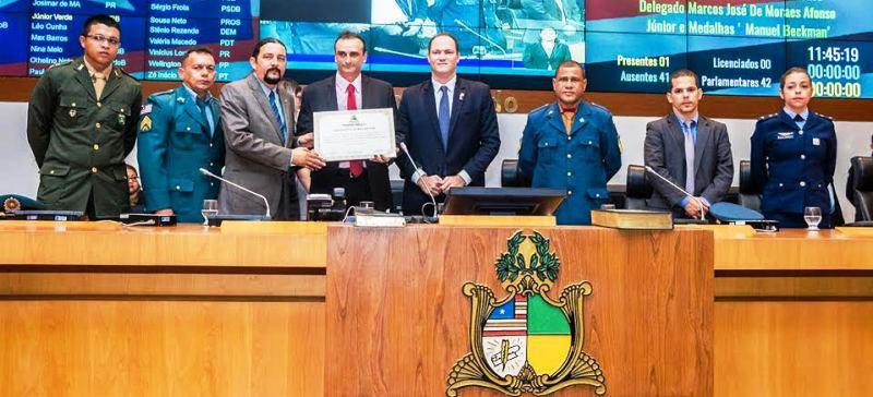 Verde com Sousa Neto e os agentes de segurança homenageados