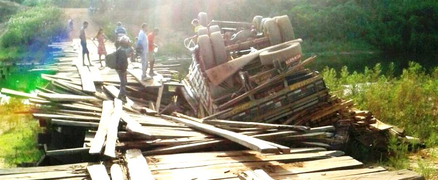 O caminhão de Zé Leandro de rodas para cima na ponte que ele diz ter feito por R$ 1 milhão
