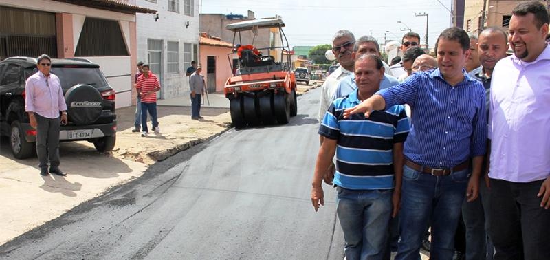 Edivaldo Júnior com Cleyton Nolketo e vereadores nos bairros: flagrante de uso da máquina