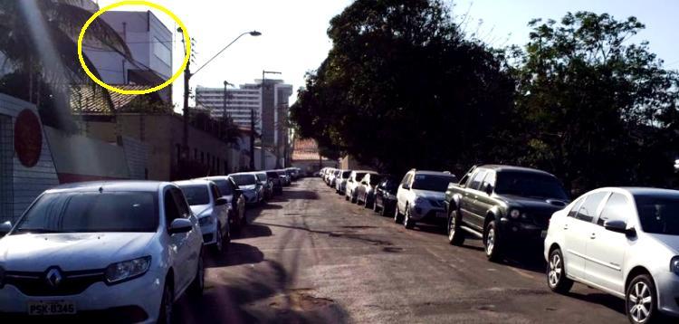 A rua onde fica o prédio alugado é estreita, mas os servidores da pasta não respeitam e estacionam dos dois lados